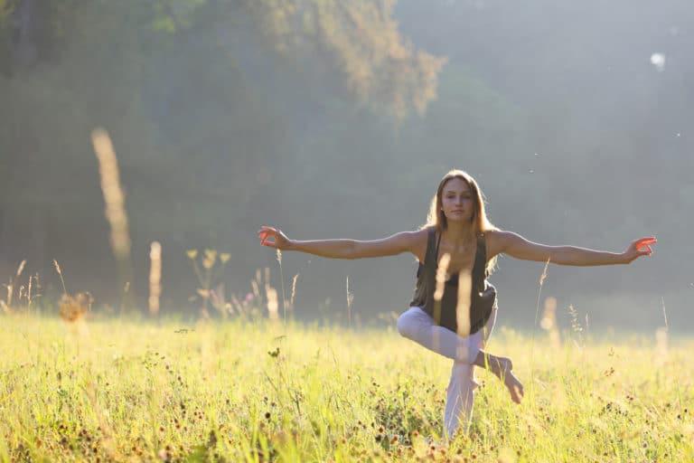 Eine Frau beim Yoga in der Natur