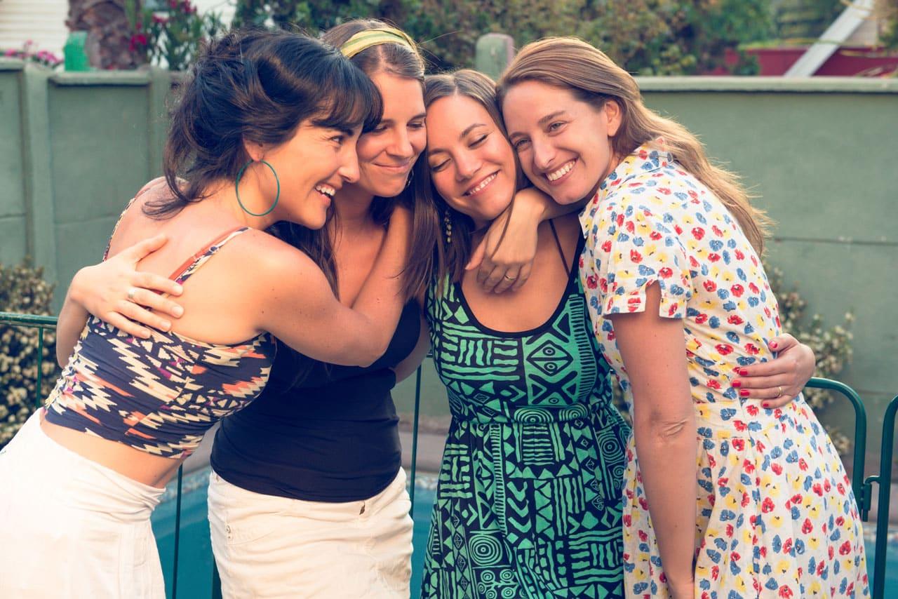Vier glückliche Frauen, die sich umarmen