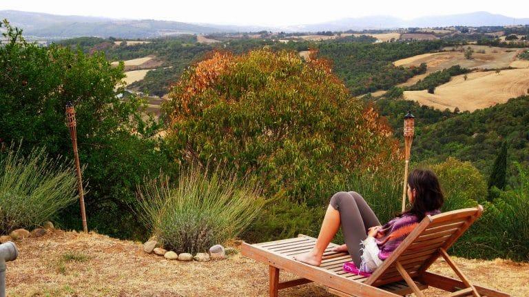 Sandra Exl auf einer Liege beim Schweigeretreat in der Toskana